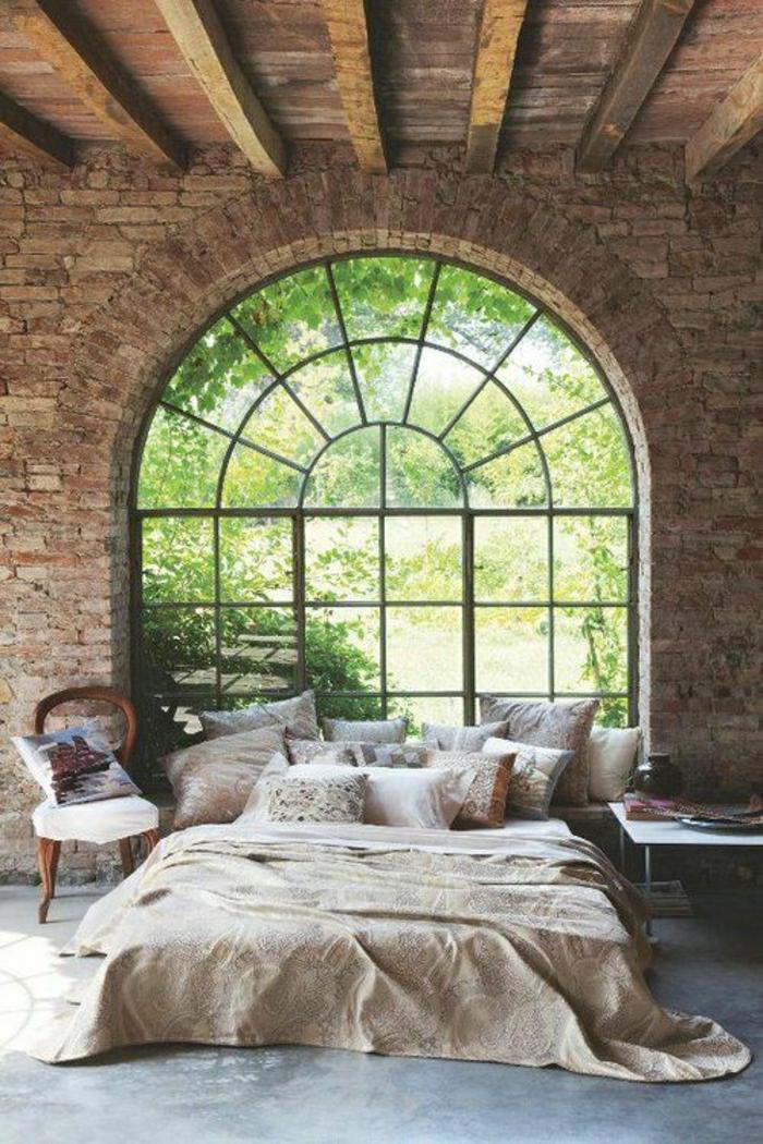 chambre-a-coucher-couleur-taupe-coussins-taupes-linge-de-lit-bfenetre-grande-mur-en-verre