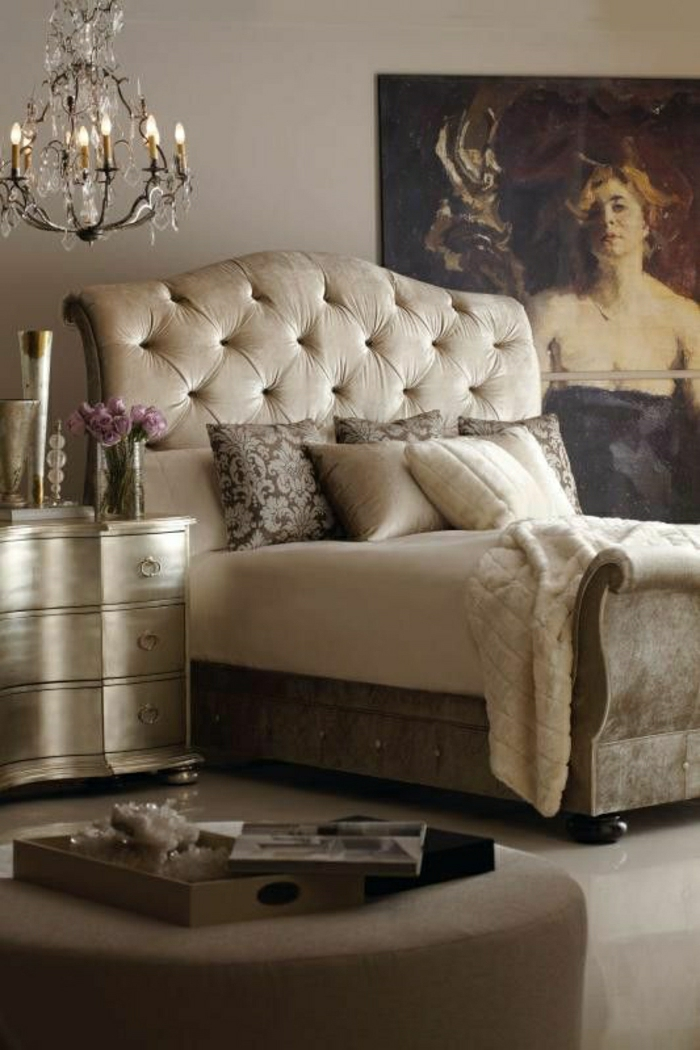 chambre-a-coucher-couleur-taupe-lustre-baroque-crystal-mur-taupe-canapé-taupe-lit