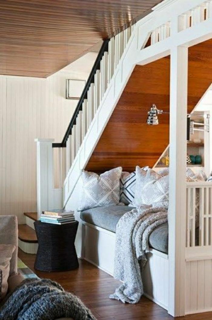 chambre-a-coucher-sous-escalier-lit-canapé-sous-escalier-aménager-petit-espace