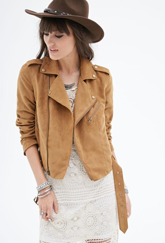 chapeau-en-daim-marron-foncé-robe-en-dentelle-blanche-mi-longue-moderne