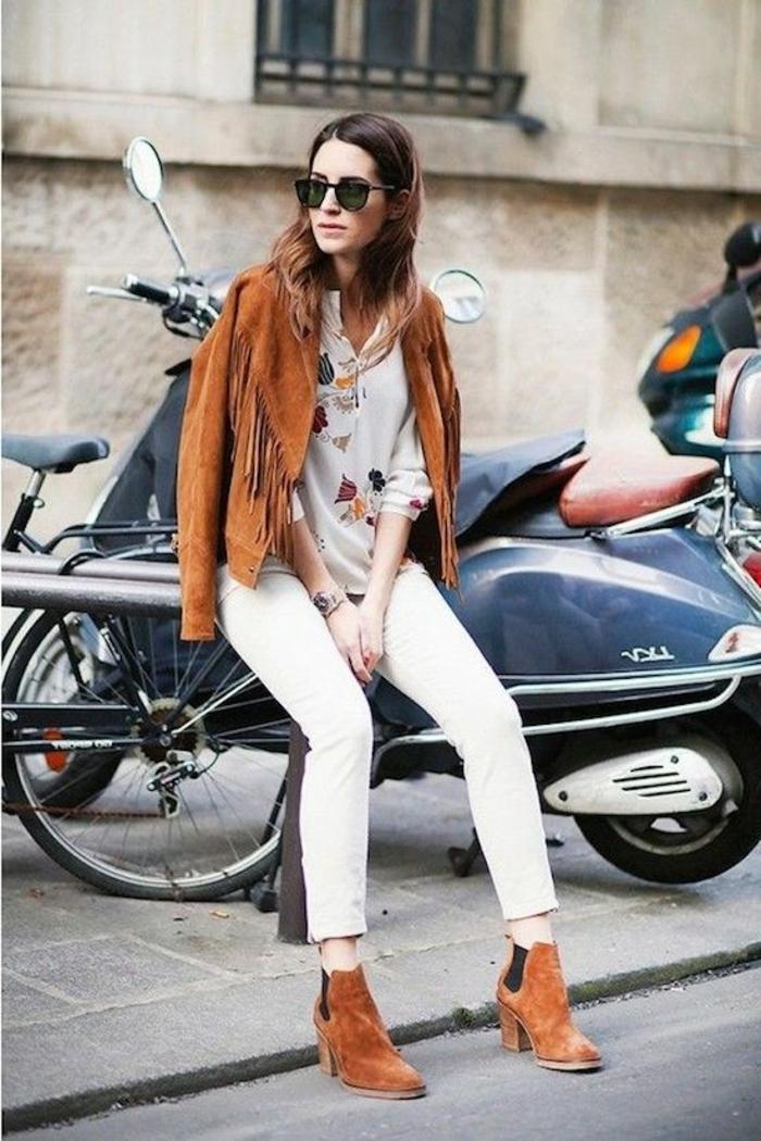 chaussures-en-daim-veste-en-daim-marron-combinaison-moderne-lunettes-de-soleil-noirs