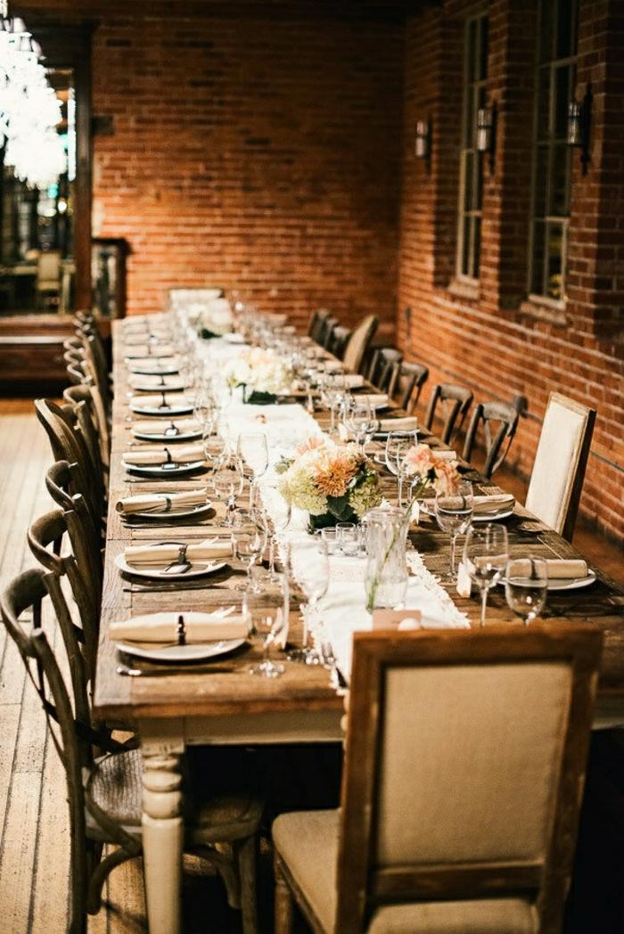 chemin-de-table-blanc-fleurs-sur-la-table-en-bois-chaises-table-de-jardin
