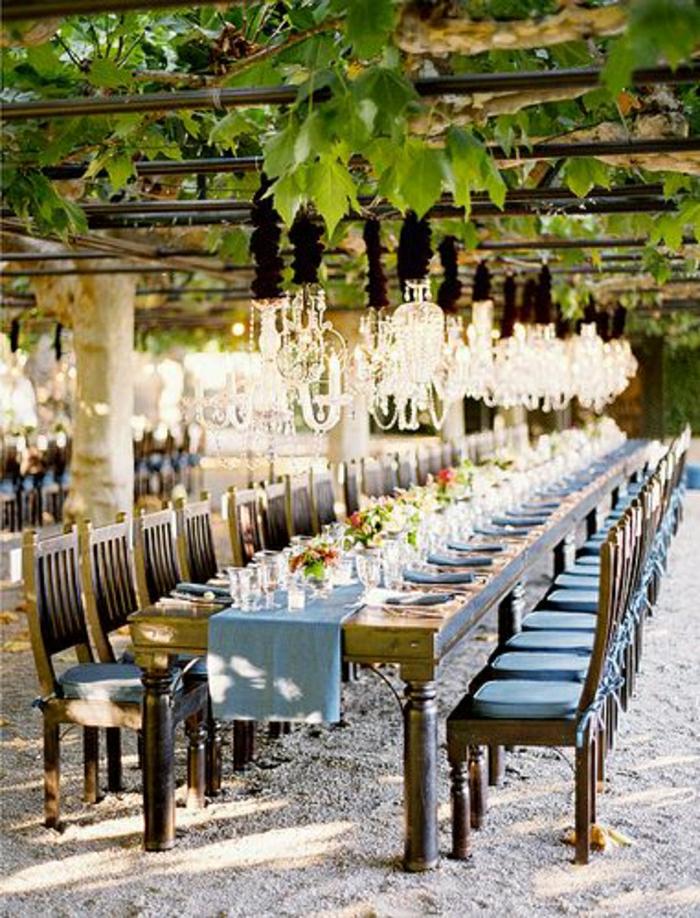 chemin-de-table-bleu-table-en-bois-décoration-mariage-chemins-de-table-décoration-original