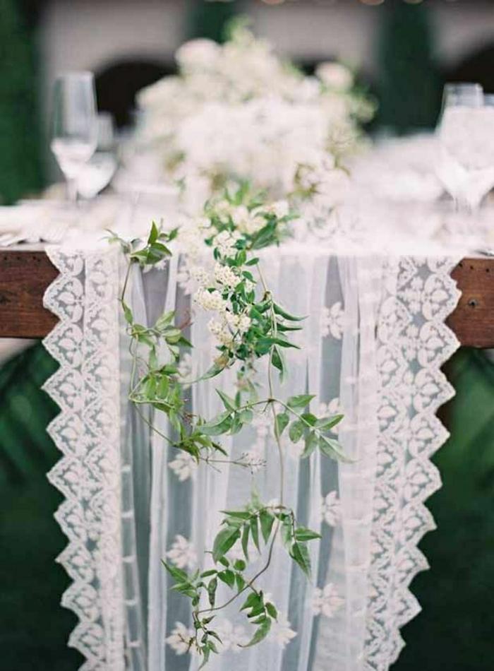 chemin-de-table-en-dentelle-blanche-fleur-sur-la-table-chemin-en-dentelle