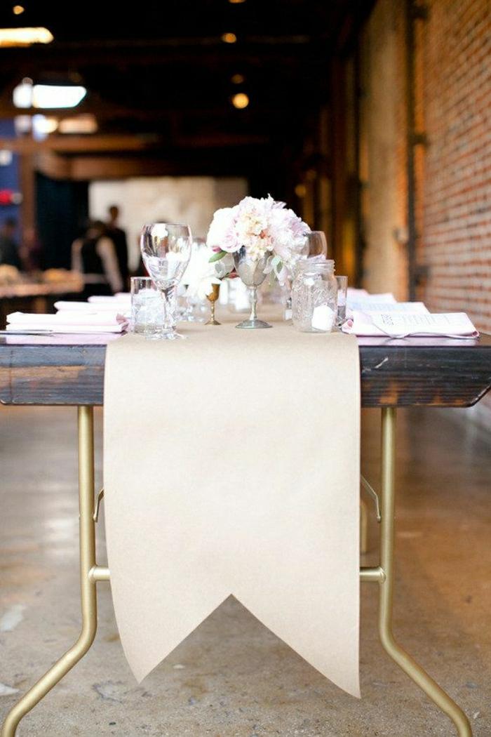 chemin-de-table-en-papier-table-fleurs-rose-blanc-set-de-table-mariage-idée-décoration