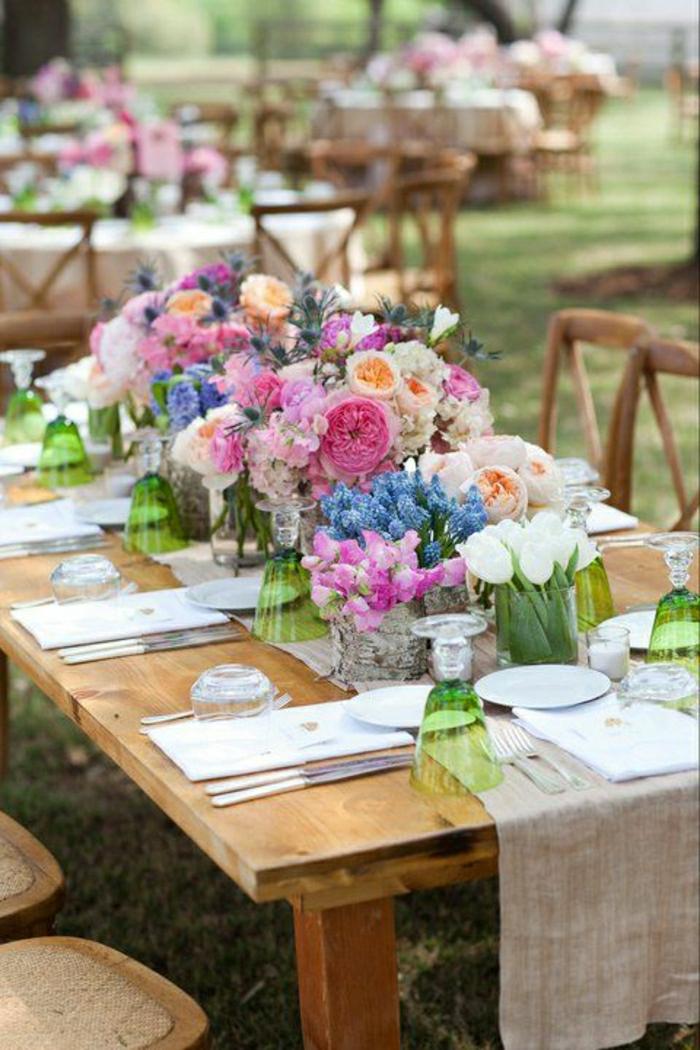 chemin-de-table-lin-fleurs-sur-la-table-en-bois-set-de-table-élégant-table-en-bois