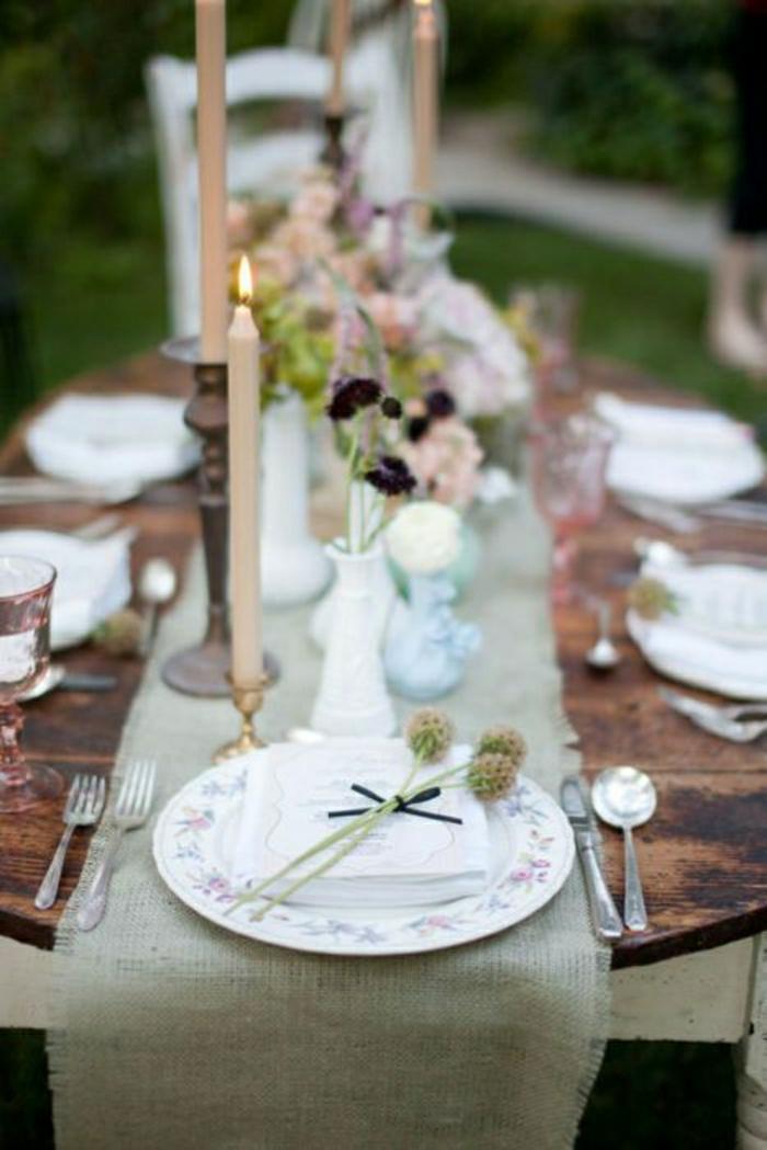 chemin-de-table-lin-table-en-bois-fleurs-bougies-chemin-de-couleur-taupe