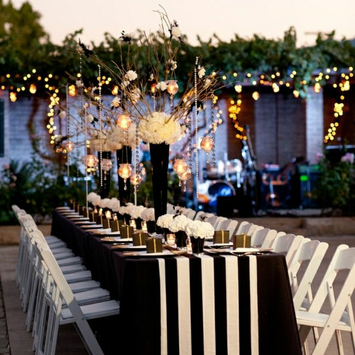 chemin-de-table-mariage-chemin-de-table-blanc-noir-fleurs-décoration-avec-fleurs