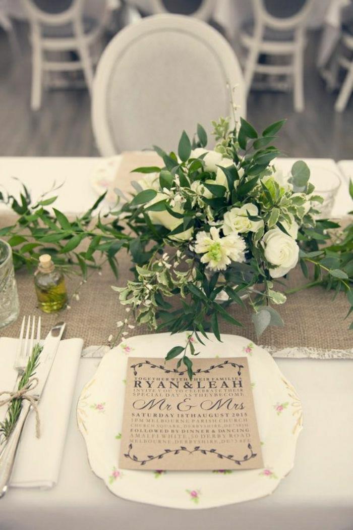 chemin-de-table-mariage-chemin-de-table-couleur-taupe-fleurs-sur-la-table-nappe-blanche