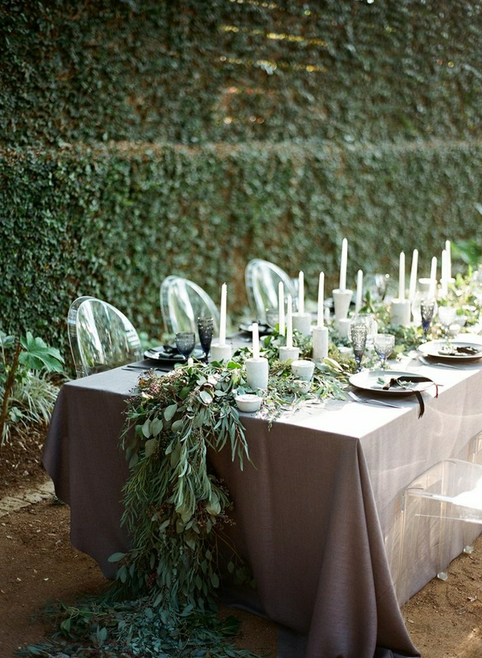 chemin-de-table-mariage-chemin-de-table-de-plantes-vertes-chaises-transparentes-de-table