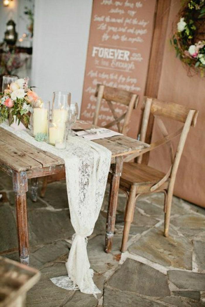 chemin-de-table-mariage-idée-nappe-table-en-bois-fleurs-sur-la-table