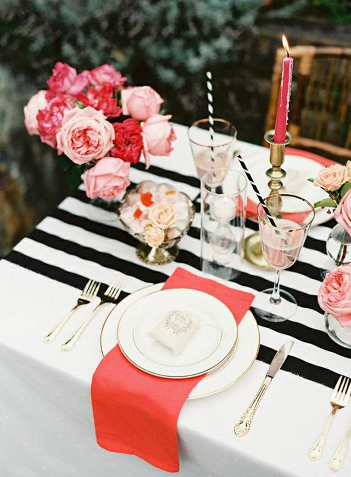 chemin-de-table-noir-blanc-a-rayures-set-de-table-élégant-fleurs-sur-la-table