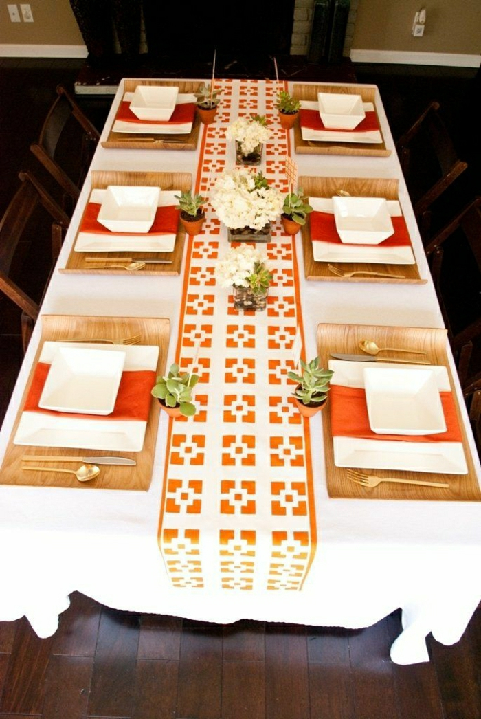 chemin-de-table-orange-blanc-fleurs-sur-la-table-nappe-de-table-blanche