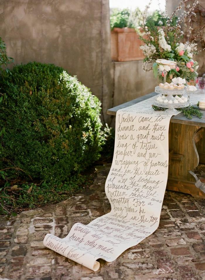 chemin-de-table-papier-idée-insolite-jardin-cour-de-maison-sol-en-pierre