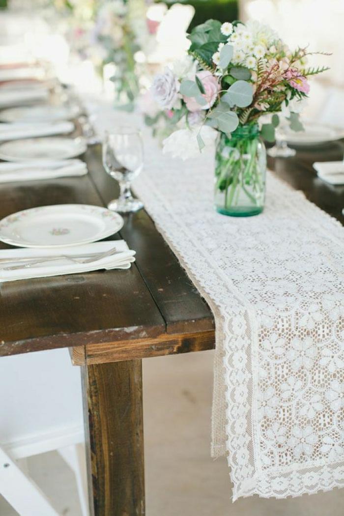 chemins-de-table-en-dentelle-fleurs-table-en-bois-massif-table-de-mariage-décoration
