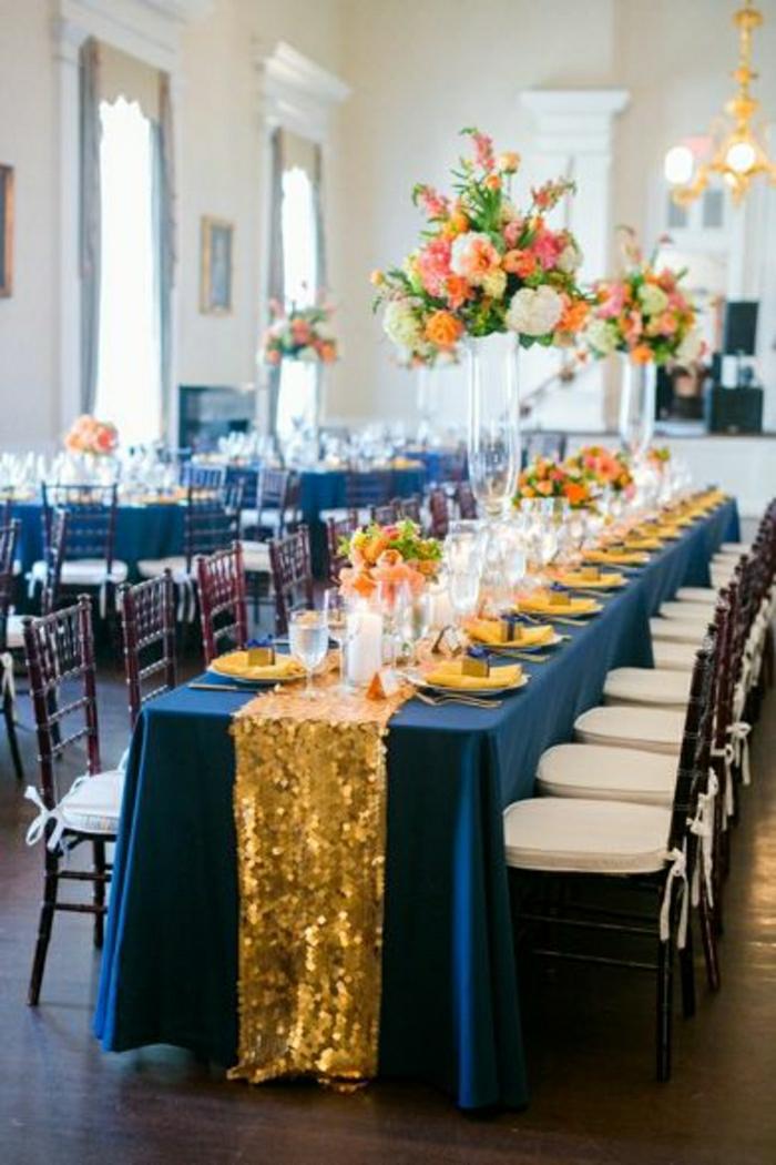 chemins-de-table-jaune-nappe-bleu-set-de-table-élégant-fleurs-sur-la-table