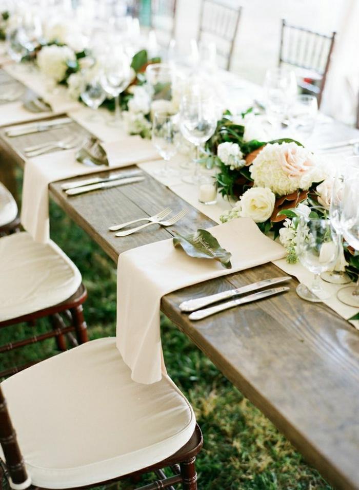 chemins-de-table-mariage-décoration-table-en-bois-mariage-dans-le-jardin