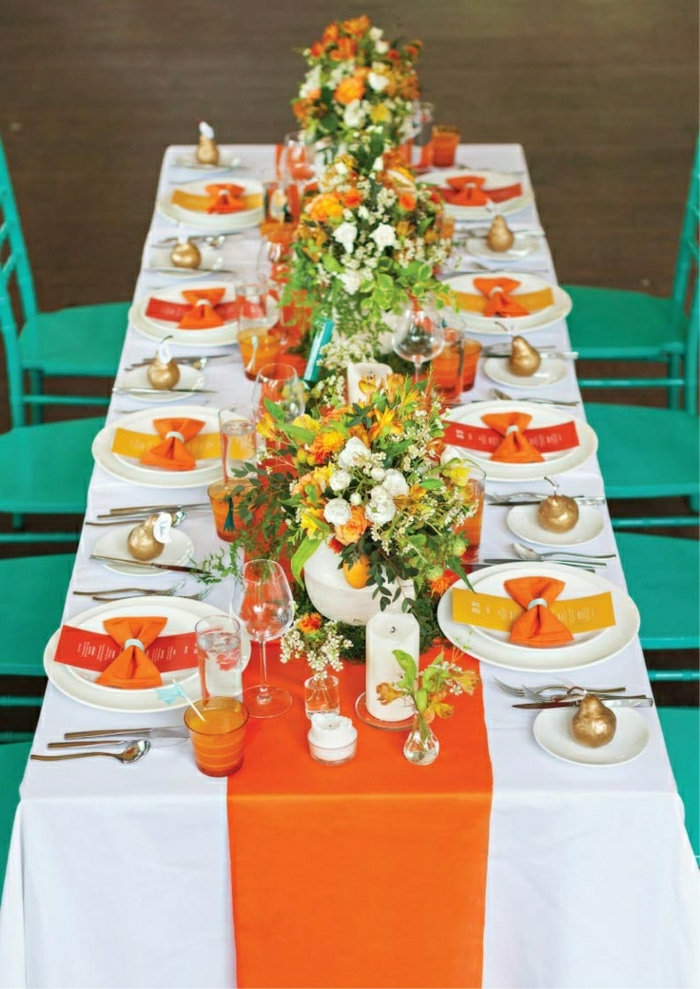 chemins-de-table-orange-décoration-de-table-fleurs-nappe-blanche