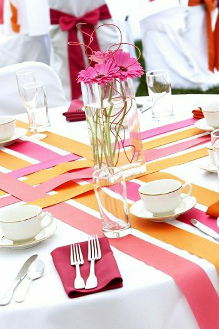chemins-de-table-papier-rose-orange-fleurs-nappe-blanche-serviette-rouge