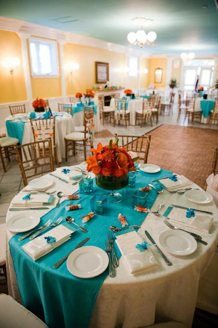 chemins-de-table-ronde-nappe-blanche-fleurs-sur-la-table-idée-mariage