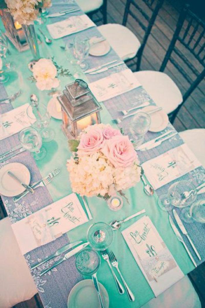 chemins-de-table-turquoise-fleurs-sur-la-table-set-de-table-élégant-nappe-gris