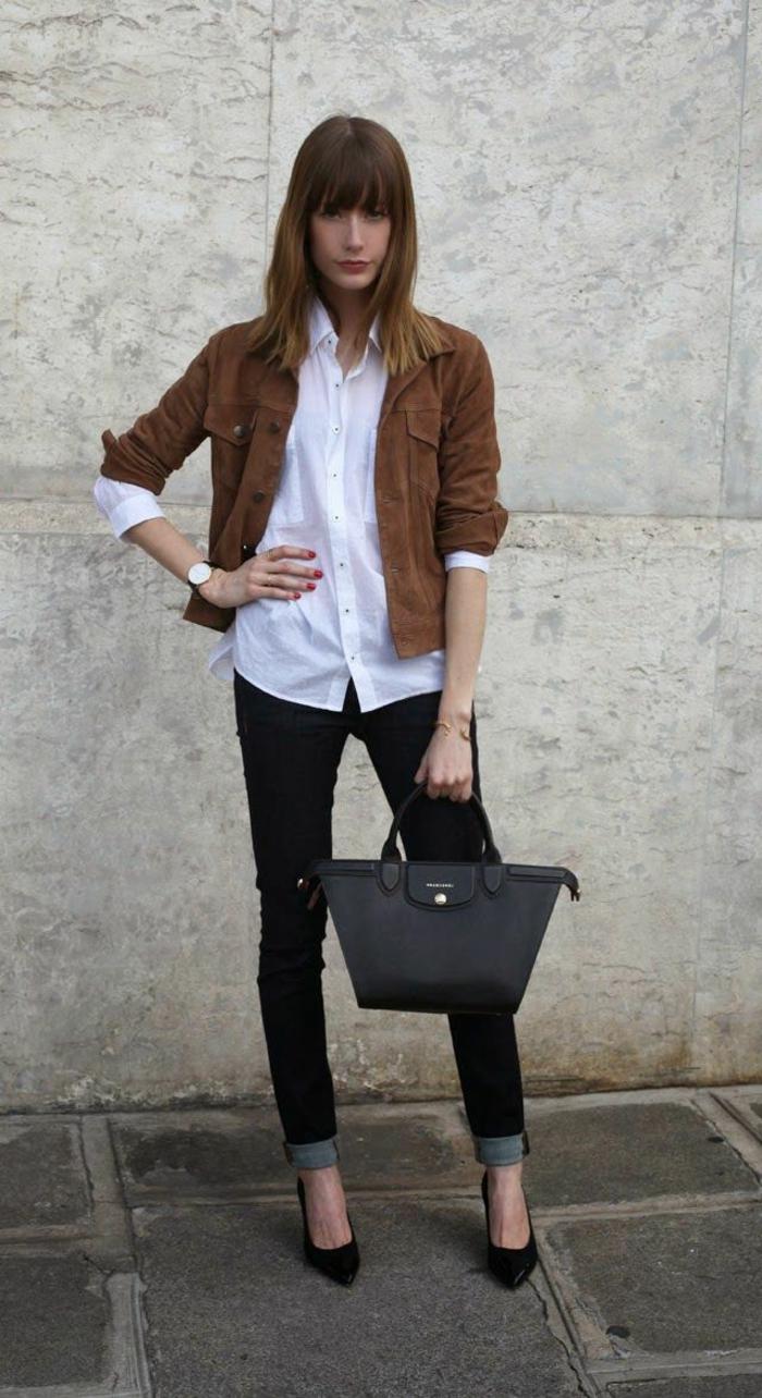 chemise-blanche-bien-combiné-avec-un-veste-en-daim-marron-cheveux-mi-court
