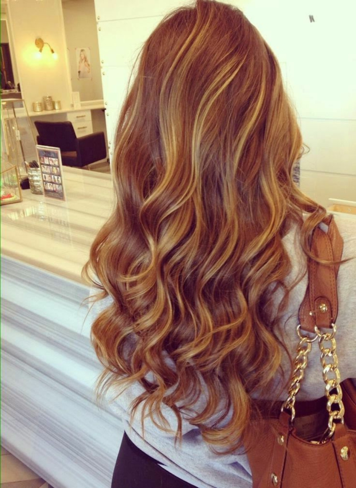 coloration-cheveux-caramel-longs-dos-sac-a-main