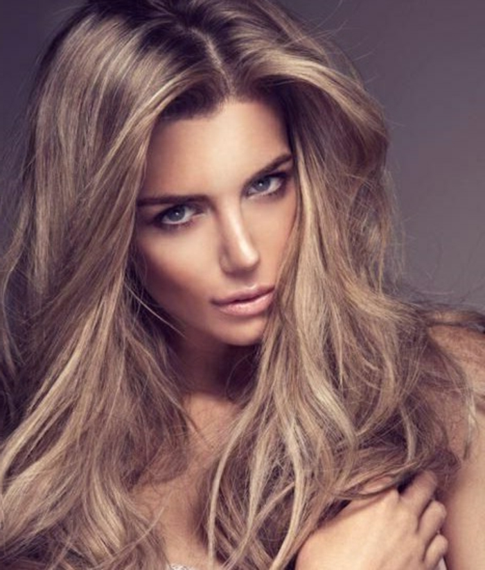 couleur-blond-foncé-cendré-modèle-cheveux-longs