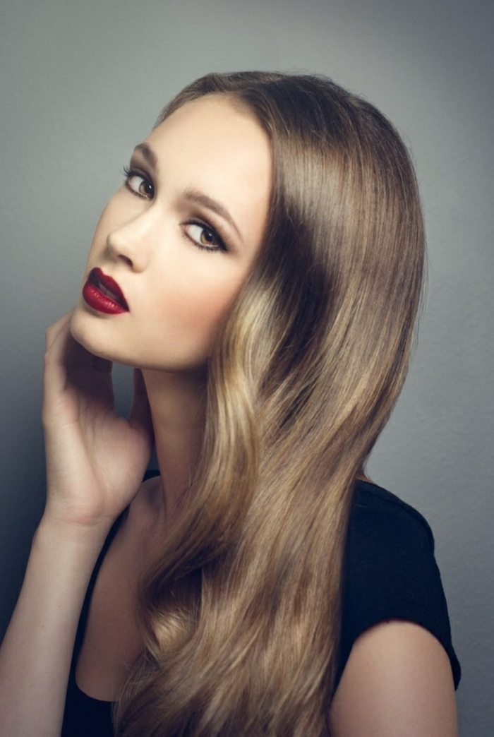 couleur-blond-foncé-meche-blonde-jolie-modele