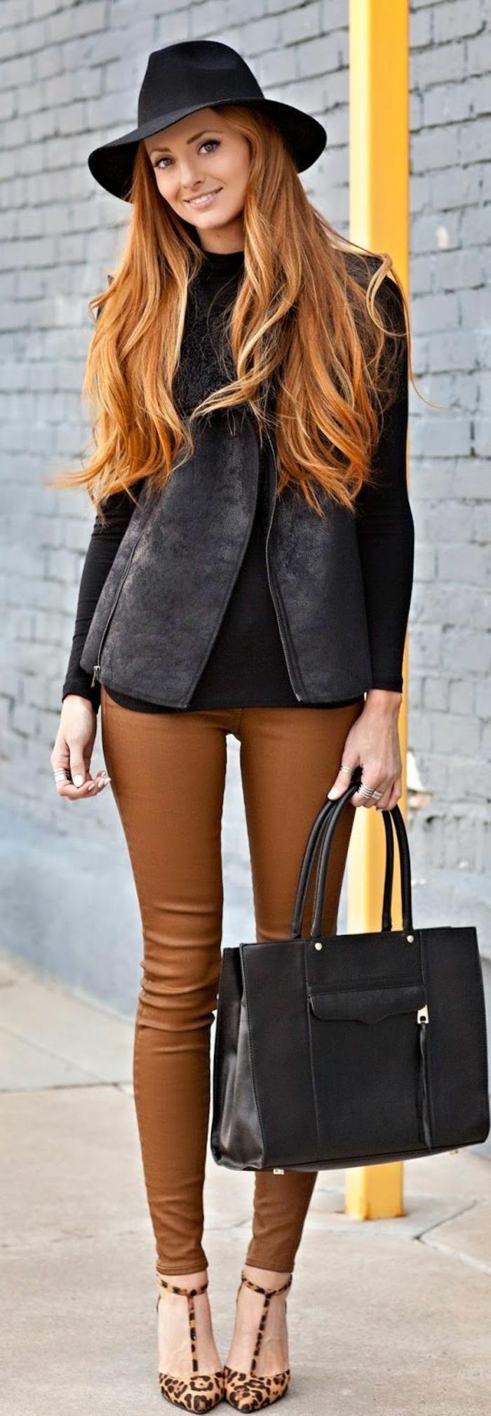 couleur-caramel-pour-cheveux-tenue-de-jour-pantalon-chaussures-a-talon-sac-a-main
