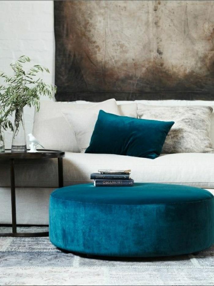 couleur-cobalt-canapé-blanc-beige-coussins-bleu-plante-verte-mur-blanc-de-briques