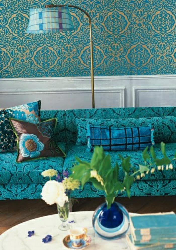 couleur-cobalt-canapé-bleu-coussins-bleu-plante-verte-couleur-turqoise-deco-turqoise