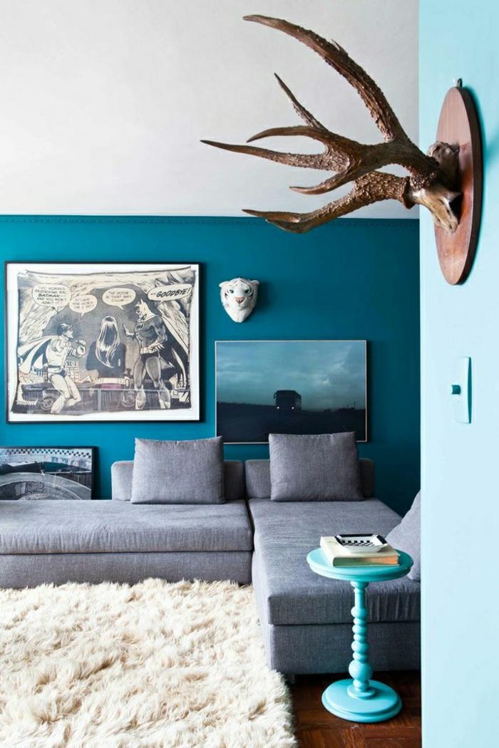 couleur-cobalt-canapé-gris-coussins-gris-décoration-murale-tapis-blanc-peintures-murales