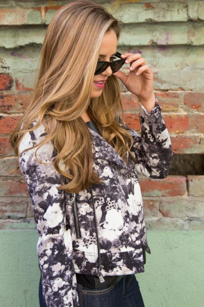 couleur-de-cheveux-caramel- blonde-tenue-de-jour