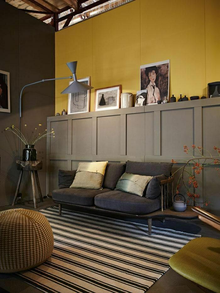 couleur-taupe-mur-jaune-intérieur-déco-maison-salon-tapis-a-rayures-lampe-de-lecture