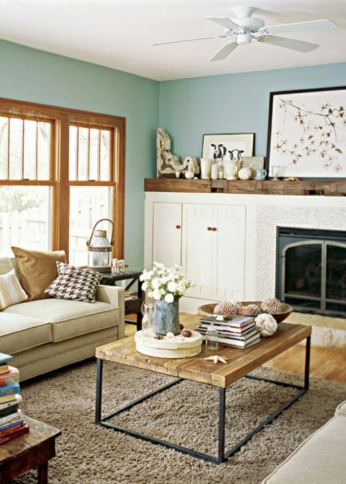couleur-turquoise-bleu-cyan-mur-fleurs-table-de-salon-basse-en-bois-canapé-beige