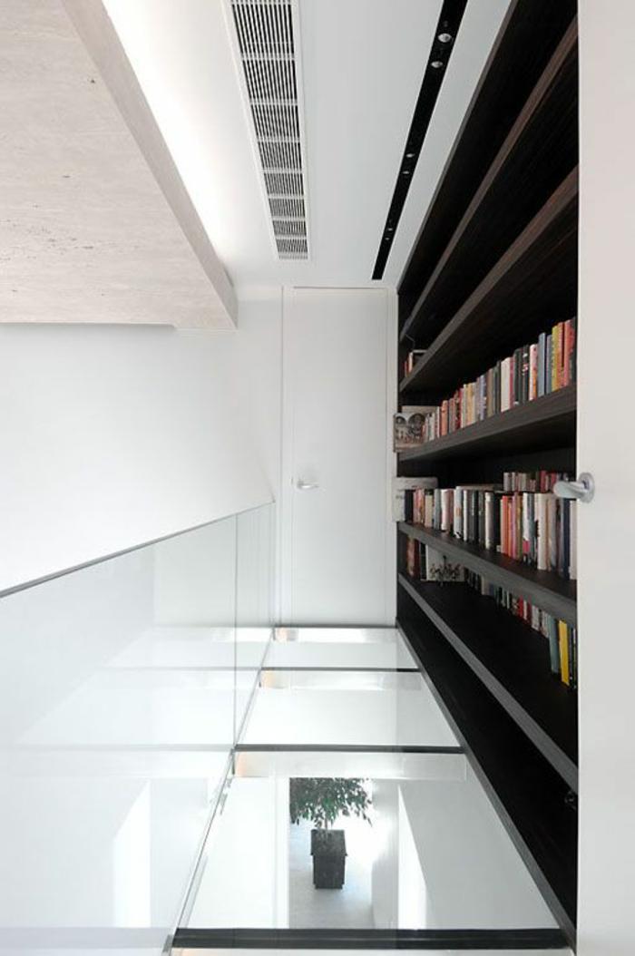 couloir-maison-avec-plancher-en-verre-plancher-transparent-idée-sol-en-verre-bibliothèque