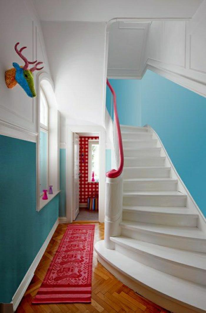couloir-sol-en-parquet-tapips-rose-mur-couleur-turqoise-plancher-blanc