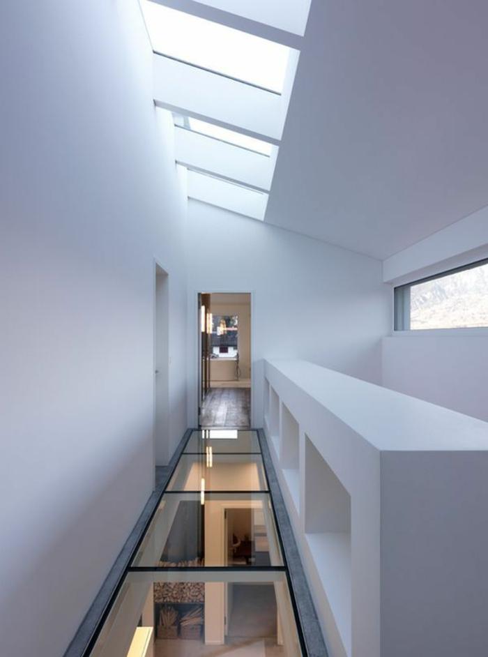 couloir-sous-pente-maison-avec-plancher-en-verre-plancher-transparent-idée