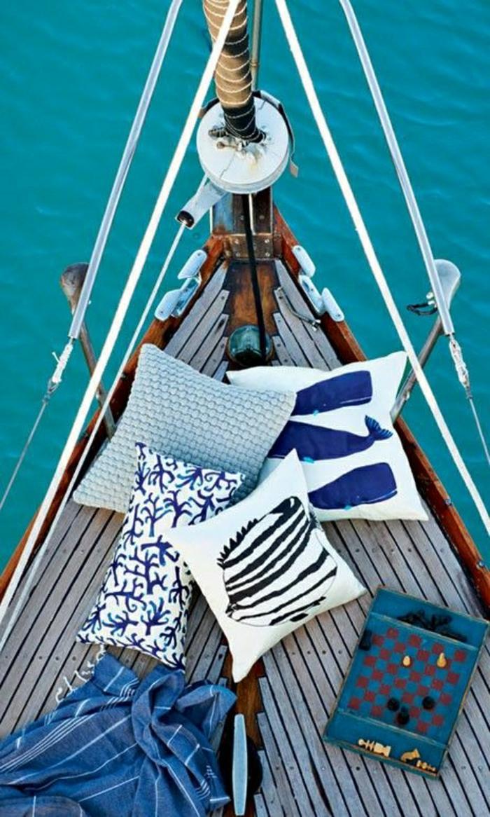 coussins-décoratifs-bleus-blancs-deco-marine-deco-mer-style-marin-bateau