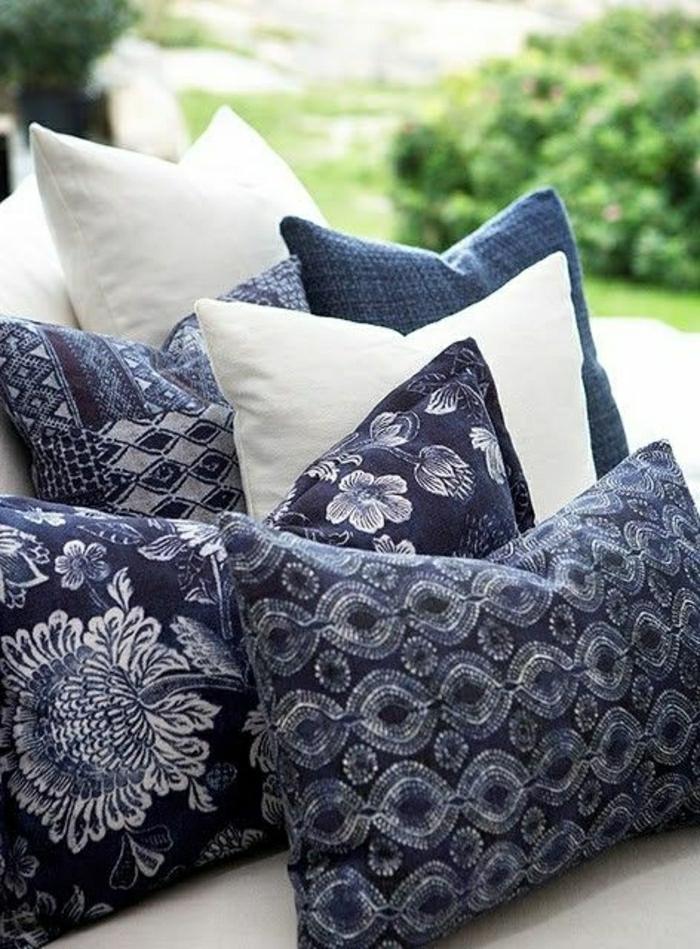 coussins-décoratifs-bleus-blancs-jardin-canapé-deco-marine-deco-mer-style-marin