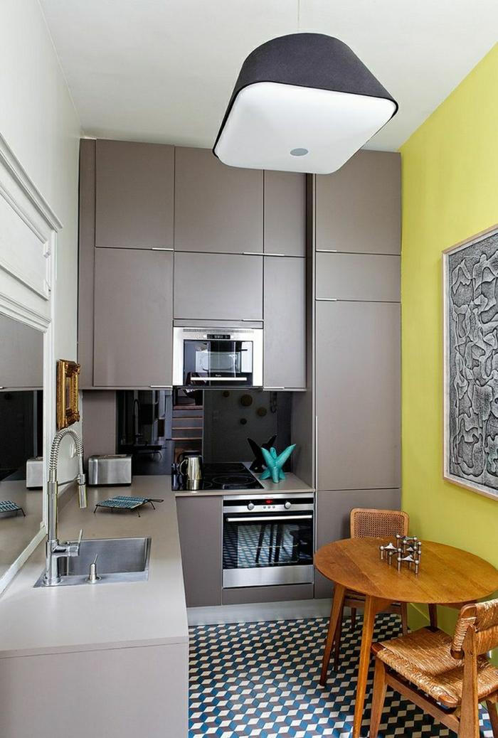 cuisine-couleur-taupe-aménagement-aupe-chaise-table-de-cuisine-en-bois-carrelage-en-mosaique