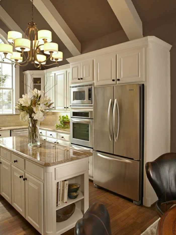 cuisine-couleur-taupe-aménagement-de-couleur-taupe-plafond-haut-mansardé