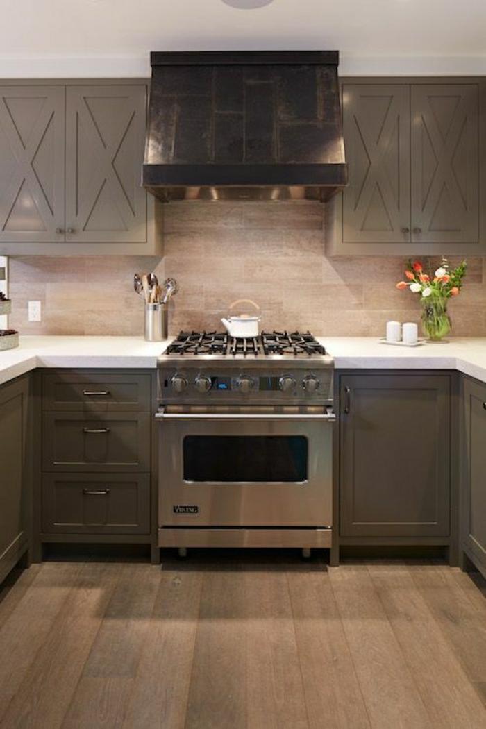 cuisine-couleur-taupe-aménagement-sol-en-parquet-taupe-meubles-taupes-cuisine-moderne