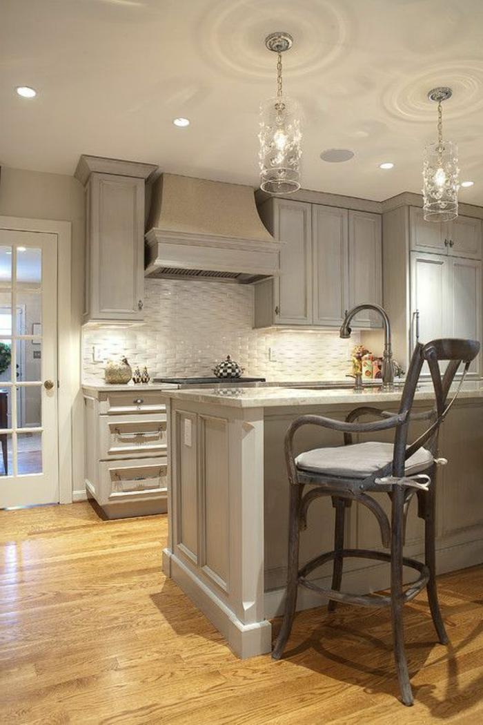 cuisine-en-bois-cuisine-grise-sol-en-parquet-lustre-de-cuisine-idée-couleur-cuisine