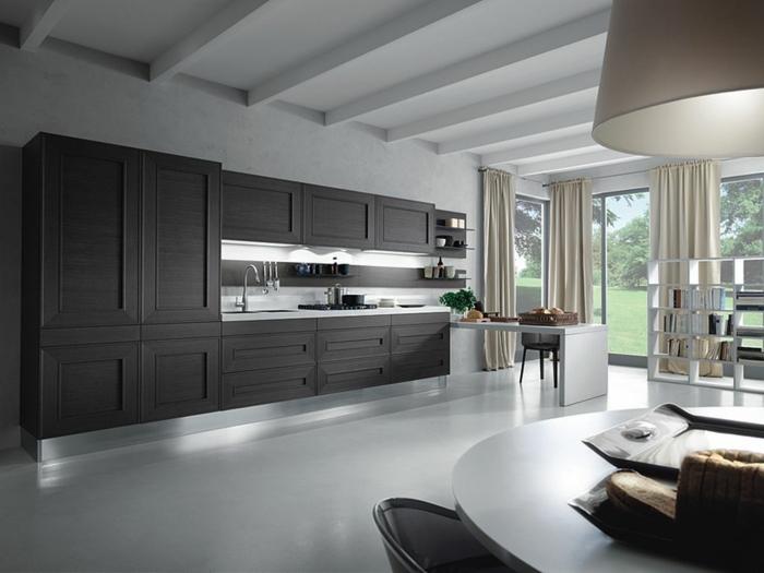 cuisine-en-bois-grise-rideaux-longs-de-cuisine-élégante-grise-blanc-table-blanche