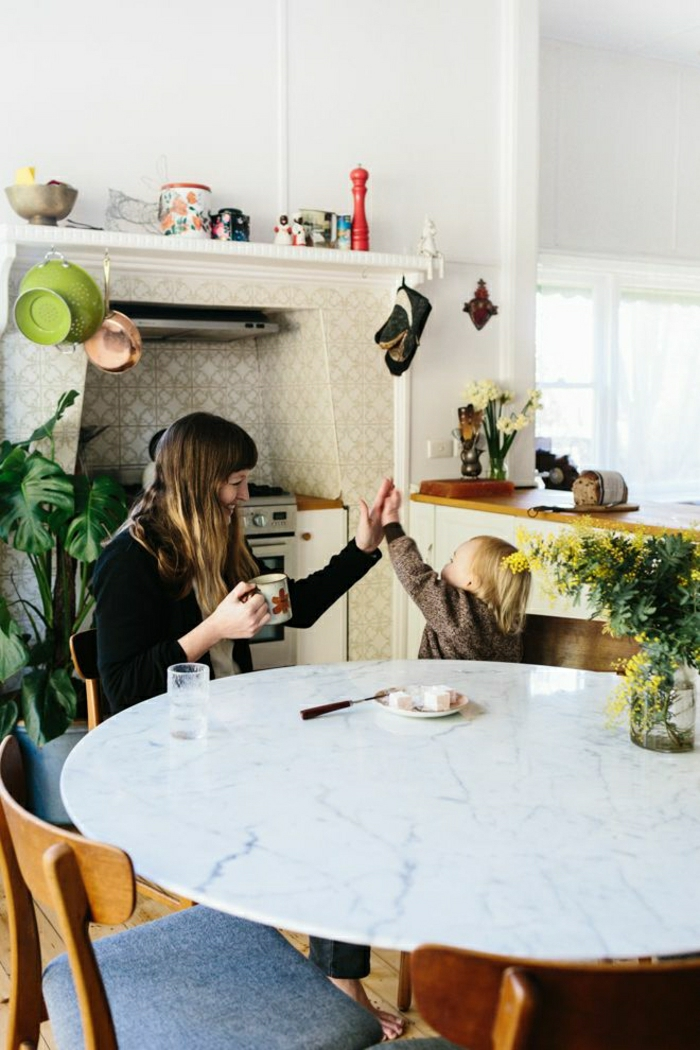 cuisine-marbre-blanc-table-en-marbre-table-tulipe-ovale-femme-enfant-carrelage