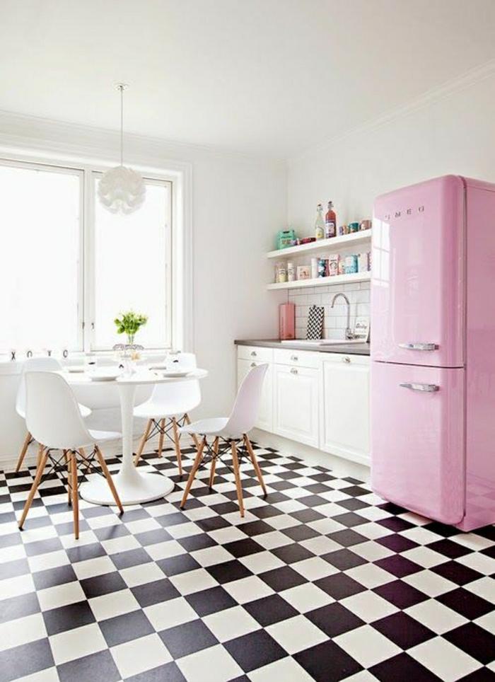 cuisine-moderne-carrelage-blanc-noir-frigo-rose-chaise-plastique-bois-table-tulipe