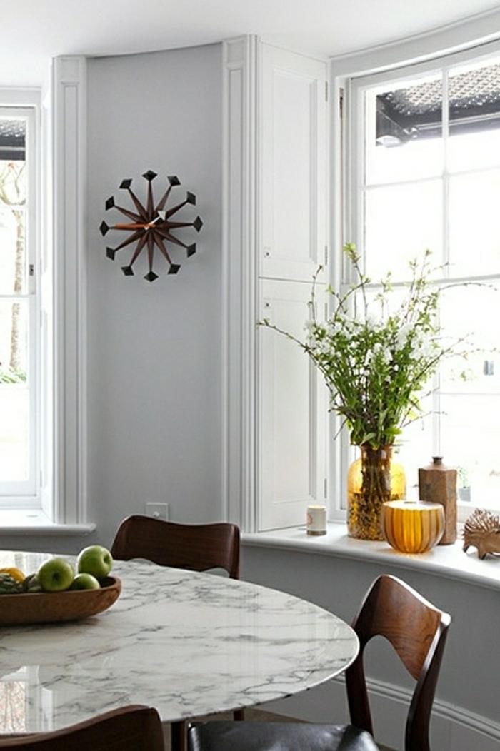 cuisine-moderne-table-en-marbre-blanc-mur-gris-décoration-murale-chaise-en-bois