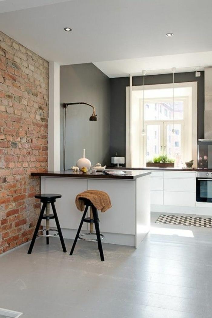 cuisine-mur-de-briques-mur-gris-chaises-de-bar-mur-gris-sol-plancher-gris